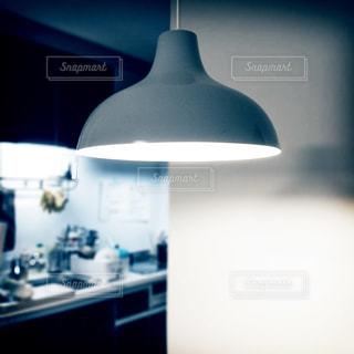 暗い部屋に座っている白い冷蔵庫冷凍庫 - No.909468