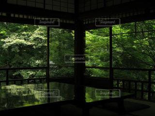大きな窓の景色の写真・画像素材[1003780]