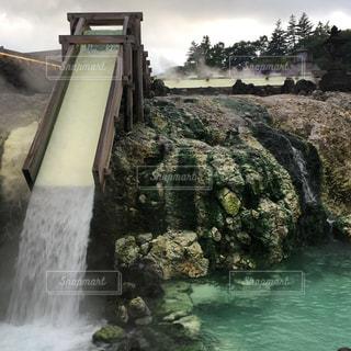 水の体の上の大きな滝の写真・画像素材[737776]