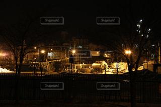 夜のライトアップされた街の写真・画像素材[1027462]