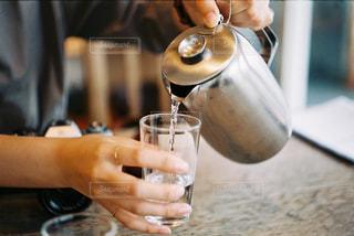 ワインのグラスを持っている手の写真・画像素材[891455]