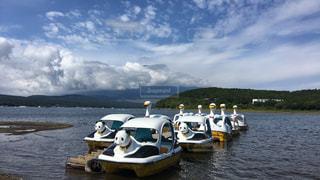 水の体の小さなボートの写真・画像素材[1212690]