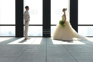 ウィンドウの前に立っている人の写真・画像素材[1220755]
