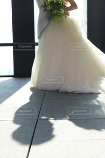 白いドレスを着た人の写真・画像素材[1220784]
