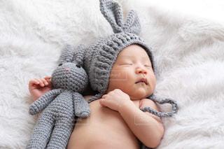 赤ちゃんのベッドの上で横になっています。の写真・画像素材[1390148]