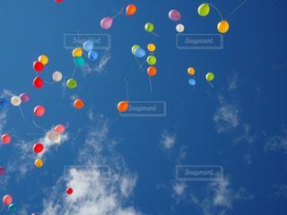 空に凧の飛行の人々 のグループの写真・画像素材[996178]