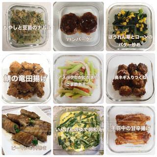 食品のさまざまな種類の入ったプラスチック容器の写真・画像素材[996230]