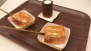 木製テーブルの上のケーキの一部の写真・画像素材[1020408]