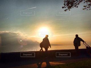 日没の前に立っている男の写真・画像素材[811532]