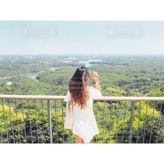 橋の上に立っている人の写真・画像素材[1230146]