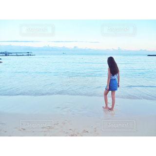 ビーチに立っている人の写真・画像素材[1230201]