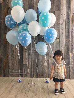 おもちゃを保持している小さな女の子の写真・画像素材[732863]