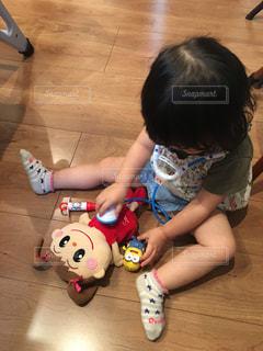 床に座って小さな子供の写真・画像素材[732919]