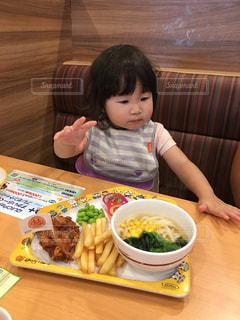 食品のプレートをテーブルに座って男の子の写真・画像素材[739092]