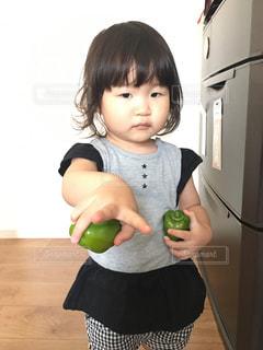 いくつかの料理を食べている女の子の写真・画像素材[739093]
