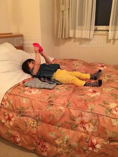 ベッドの上で横になっている人の写真・画像素材[747415]