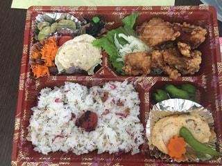 テーブルの上に食べ物の種類でいっぱいのボックス - No.747417