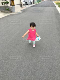 通りに立っている小さな男の子 - No.747443