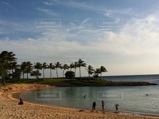 水の体の近くのビーチの人々 のグループの写真・画像素材[747455]