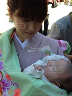 赤ん坊を抱える女性の写真・画像素材[747457]
