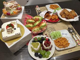 テーブルの上に食べ物の種類の束の写真・画像素材[747462]