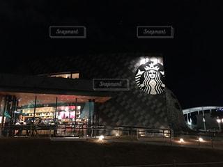 夜の店の前の写真・画像素材[902813]