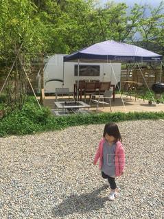 庭に立っている女の子の写真・画像素材[1167673]