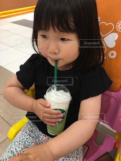食事のテーブルに座っている少女の写真・画像素材[1207835]