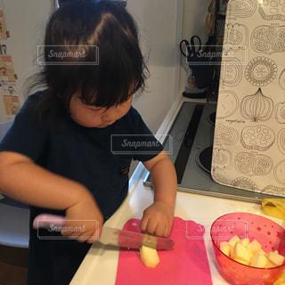 テーブルに座っている小さな子供の写真・画像素材[1207838]