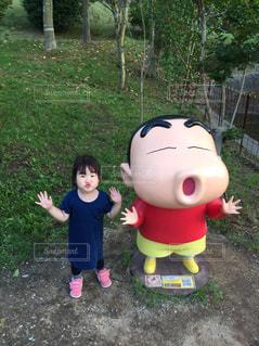 小さな子供はフリスビーで遊んでください。の写真・画像素材[1239533]