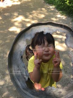 バナナを保持している小さな女の子の写真・画像素材[1531506]