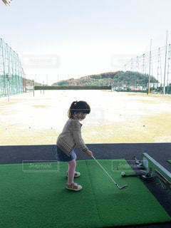ゴルフコースに座っている人の写真・画像素材[3068856]