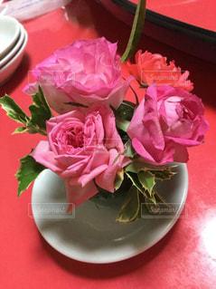 テーブルの上のピンクの花で一杯の花瓶 - No.798458