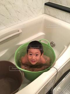 緑の浴槽やシンクの人 - No.849467