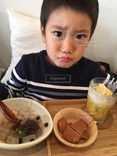 食事のテーブルに座って男の子の写真・画像素材[849471]