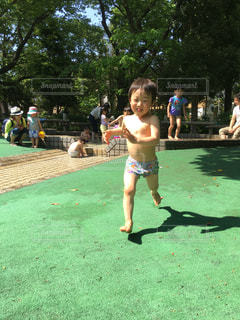 じゃぶじゃぶ池で走るの写真・画像素材[1186603]