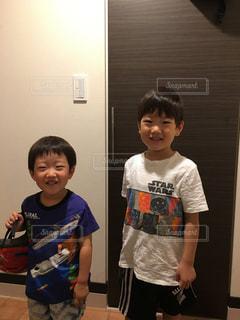 子の隣に立っている少年の写真・画像素材[1270771]