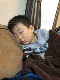 ソファーで寝るの写真・画像素材[1782272]