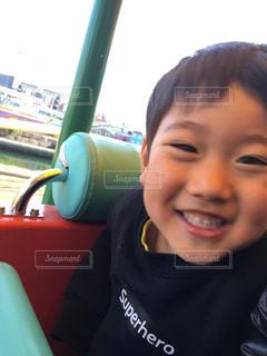カメラに向かって笑みを浮かべて若い子の写真・画像素材[1789054]