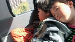 バスで寝る子供の写真・画像素材[1789055]