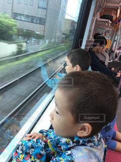 窓の前に座っている小さな子供の写真・画像素材[1789072]