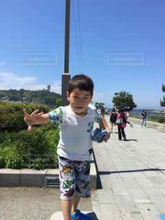 歩道上に立って若い男の子の写真・画像素材[1789092]