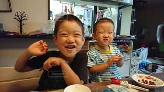 食事のテーブルに座って男の子の写真・画像素材[1789099]