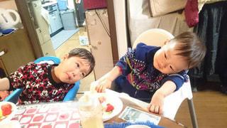 テーブルに座っている小さな子供の写真・画像素材[1789106]