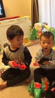 おもちゃで遊ぶ兄弟の写真・画像素材[1789112]