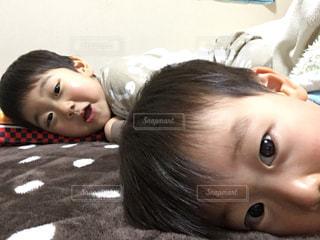 ベッドの上で横になっている子供の写真・画像素材[1789121]