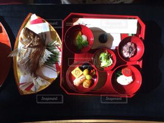 テーブルの上に食べ物の束 - No.711259