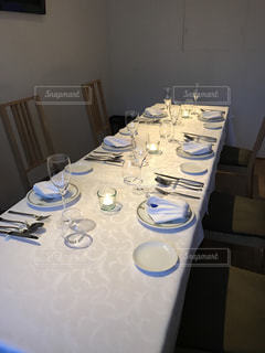 ワイングラスを持つテーブルの写真・画像素材[711265]
