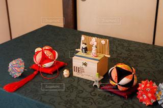 近くにテーブルの上のぬいぐるみのの写真・画像素材[1246637]