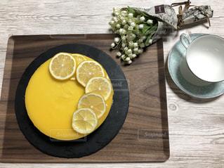 木製のテーブルの上の食べ物のクローズアップの写真・画像素材[2365621]